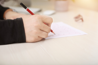Image of a learner filling out an answer sheet to a standardized Spanish test.